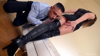 Darryl Lee seduces a male with the beautiful feet and get a shag