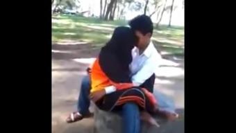malay- awek tudung hijab bermesraan