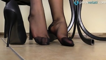 Kinky blond leaves upon the pantyhose and presents her sexy both feet