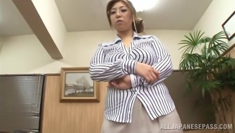 Vivacious Oriental milf by using spectacles delivering an orgasmic handjob