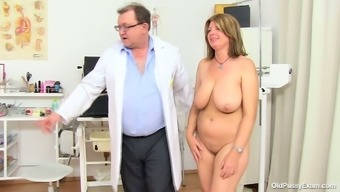 BBW mothers Bohunka with the use of huge natural succulent containers gets her pussy face lengthened by changed doc