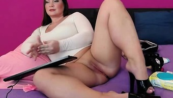 Sizzling Plus sized Digicam Girl Applying Her Pussy